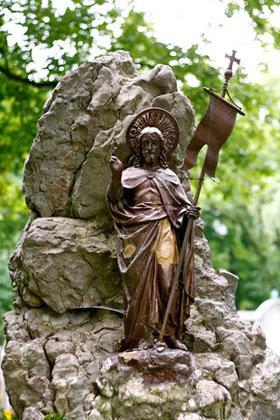 Findling mit christlicher Metallfigur
