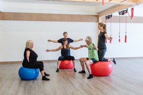 Präventionskurs, Gruppentraining, Gleichgewichtstraining auf dem Pezziball