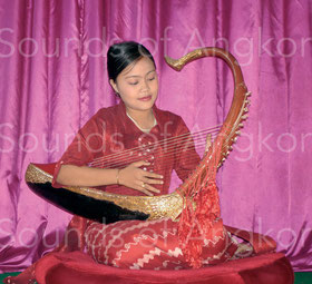 Harpiste birmane jouant sur des cordes de soie.