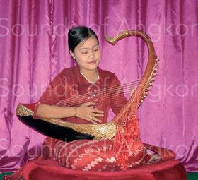 Harpiste birmane jouant sur un saùng-gauk à cordes de soie.