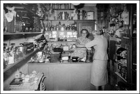 """Bild: Der """"Kleine Laden"""" August 1957 Familie Becker"""