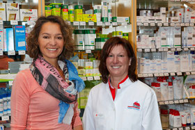 Apothekerin Astrid Bühler und Liljana Groh von der Bürgerstiftung Grötzingen