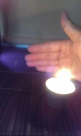 手から光が出始めます。