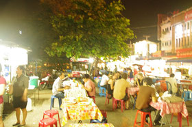 サタデーマーケットで食べそびれても、コチラの屋台密集地帯は、オススメ。通りの入り口のすぐそばです。