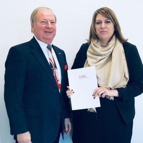 Catrin höhmann mit dem Präsidenten der Steuerberterkammer Frankfurt, Lothar Herrmann