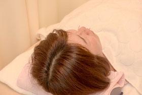 「全身調整の鍼」と一緒にお顔や頭部などのツボに置鍼(ちしん)します