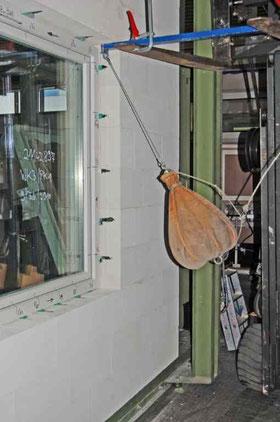 Porenbeton erfüllt die Anforderung für einbruchhemmende Bauteile: geprüfte Wand WK 3 mit einem einbruchhemmenden Fenster im Institut für Fenstertechnik in Rosenheim