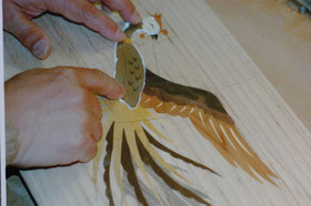 ⑥翼に接着剤を塗り、埋め込んでいる。