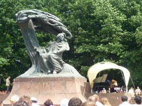 生徒のAちゃん、いつの間にかピアノが一番好きな習い事に昇格しているそう。その言葉を聞いた時、私は感激で涙が出そうになりました。発表会後はさらにやる気に満ちていて、ショパンの難曲に挑戦!一緒に頑張ろうね♪写真はワルシャワ・ワジェンキ公園、ショパンの銅像の下での屋外コンサートの様子。