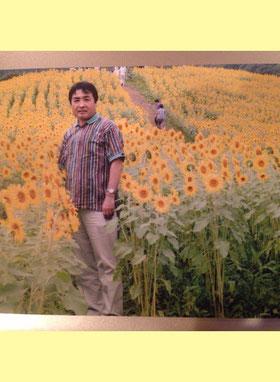 福島県喜多方市のひまわり畑にて、安藤校長先生