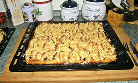 Apfel-Streuselkuchen mit Rosinen und heller Marmelade