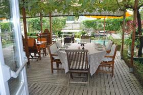 Dîner sur la terrasse, en été