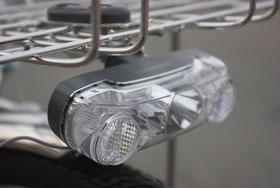 とても明るい1WのLEDランプを搭載した点灯虫ライトを装備。