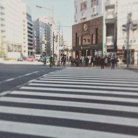 目の前に見えます大きな交差点を右手(歌舞伎町方面)に渡ってください。