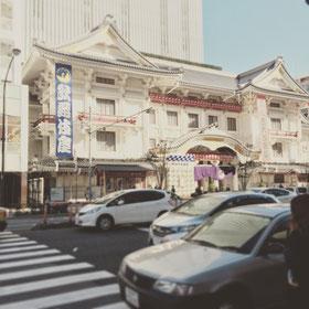 地上に出ると右手に歌舞伎座が見えます。