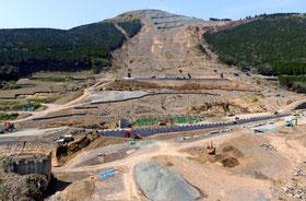 規模な土砂崩れで寸断された国道57号の復旧作業が進む(熊本県南阿蘇村).jpg