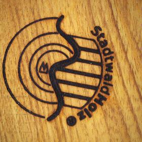 Brennstempel mit StadtwaldHolz Logo eingebrannt auf Massivholz