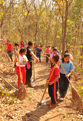 OISCA Lamphun Center - Making firebreaks