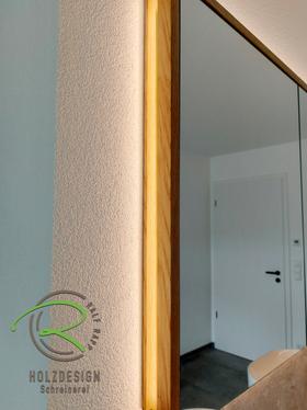 Spiegelschrank mit Eichenrahmen & indirekter Beleuchtung von Schreinerei Holzdesign Ralf Rapp in Geisingen, Spiegelschrank nach Maß vom Schreiner, wandeingelassener Spiegelschrank