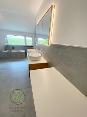 moderner, wandeingelassener Spiegelschrank mit Massivholz Eichenrahmen von Schreinerei Holzdesign Ralf Rapp in Geisingen, Waschtischunterschrank nach Maß in Eiche massiv