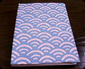 粋な青海波の和柄の越前和紙になります、糸綴じ製本です。