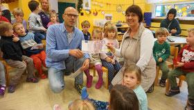 Produktionsleiter Bernd Stapf übergibt die 500 Euro Spende an KiTa-Leiterin Tanja Kraus