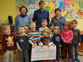 """Auf dem Foto von links: Beatrix Manthey und Tobias Lübke vom Pfarrfestteam und  Doris Roth mit Kindern der """"Villa Kunterbunt"""""""