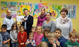 Auf dem Foto: Peter Kobert (St. Johannesverein), Tillmann Schäfer (Gemeinde Karlstein), Andrea Keller, Jessica Wenzel (Elternbeirat) und Tanja Kraus (KiGa-Leiterin) mit Kindern der Villa Kunterbunt