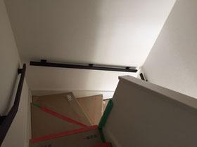存在感抜群な四角手すりを壁に取り付け