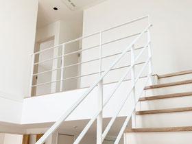 ホワイトなアイアン手すりで2階吹き抜け転落防止柵