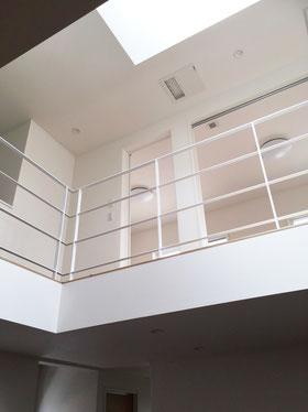 ホワイトなアイアンフェンスは空間とマッチして広く見えます