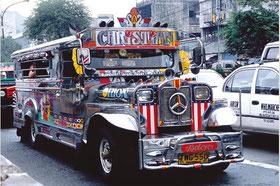 """pour lancer l'appel de Manille il fallait se faire remarquer en arrivant à bord d'une des """"Jeepneys"""" ! En voilà des voitures qui pourraient être officielles"""