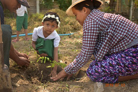 植林には生徒の保護者も参加