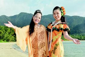 8月に結成された、来間高子さん(左)、山口千賀子さん(右)の「琉璃の風」=8月11日、川平のビーチ(写真提供=スタジオ写舎)