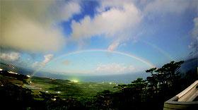 アーチ状の月虹が二重に見えている。花山秀和研究員が撮影=同天文台提供