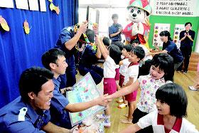 園児らがレイや貼り絵のプレゼントで海保職員への感謝を表した=21日午前、石垣市立みやまえ幼稚園
