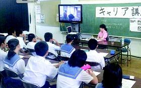 「看護師の仕事」をテーマに講演する新地麻理香看護師=21日、竹富小中学校