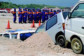 埋まった車輌の中から救助する訓練も行われる=2日、大原港