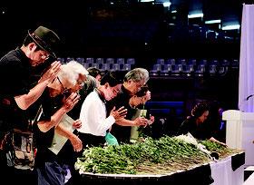 多くの参列者が献花し、黙祷をささげた=26日、沖縄コンベンションセンター