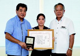 教育長に受賞報告した前盛さん(中央)=21日、石垣市教育委員会