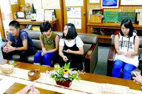 シアトル研修の成果を報告する中学生4人=19日午後、竹富町役場