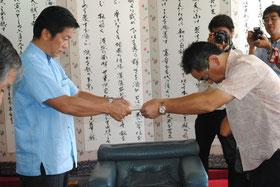 沖縄防衛局の中嶋局長(右)に対し、米側への抗議などを盛り込んだ文書を手渡す中山市長=5日午前、市役所