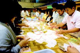 石垣市(4区)で行われた衆院選の開票作業=22日夜、市総合体育館