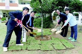 八商工の真栄田校長、花蓮高級中学校の詹滿福校長らが記念植樹を行った=25日午後、八商工