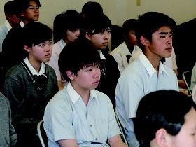 佐久川勲さんの戦争マラリア体験に聞き入る羽衣学園中学校の3年生=24日午後、八重山平和祈念館内