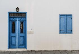 白壁にオシャレな青い玄関ドアの写真