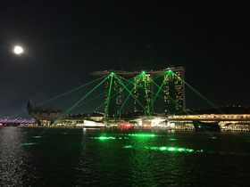Lichtershow am Marina Bay Sands, gesehen vom Merlion Park