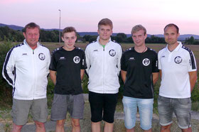 Beim Saisonstart konnten SG-Coach Galli (li.) und SG-Vorstand Baier mit Michael Dirnberger, Christian Decker und Florian Fischer drei der vier Nachwuchskräfte begrüßen