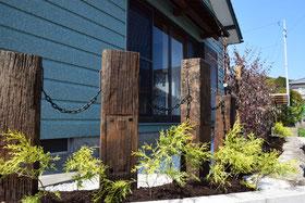 枕木と害虫に強い植栽を施した例