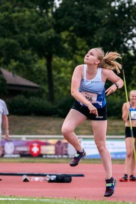Schülertrainerin Kim-Melina Bomkamp verabschiedete sich mit einer neuen persönlichen Bestweite im Speerwurf.